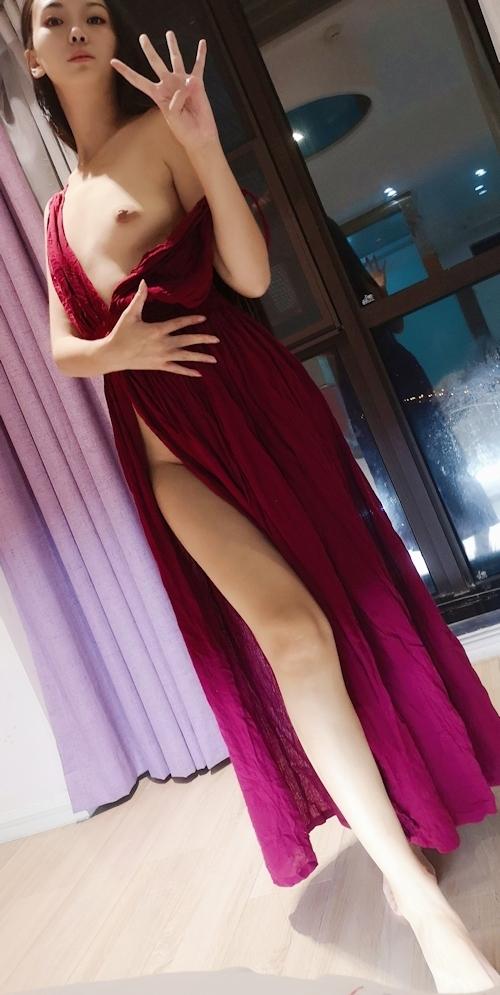 ドレスを着たロングヘアー美女のヌード画像 3