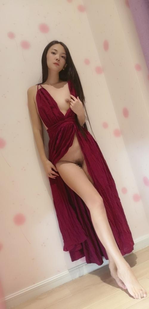 ドレスを着たロングヘアー美女のヌード画像 6