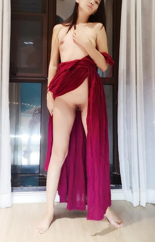 ドレスを着たロングヘアー美女のヌード画像 7