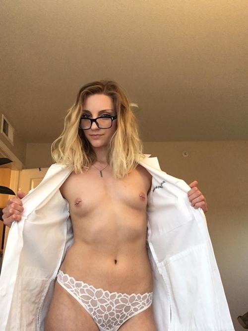 アメリカのブロンド素人美女の自分撮りヌード流出画像 9