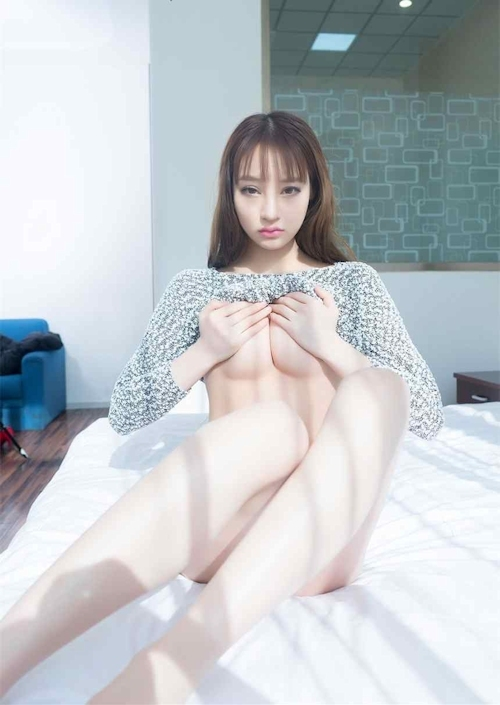 美乳な美少女のギリギリヌード画像 11