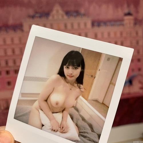 Twitterで人気の巨乳美少女のヌード画像 9