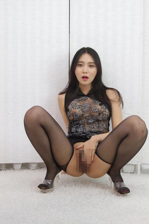 美人妻のM字開脚マ○コ画像 1