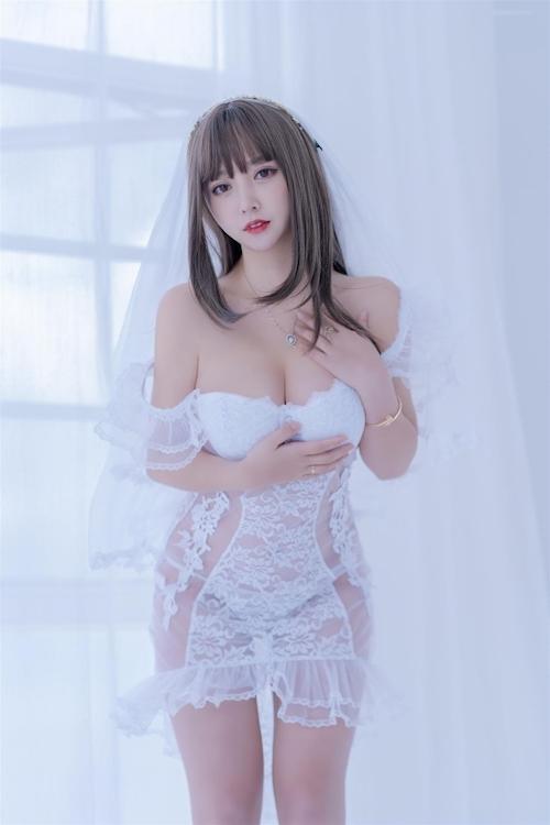 セクシーウェディングドレスを着た極上美少女モデルの画像 3