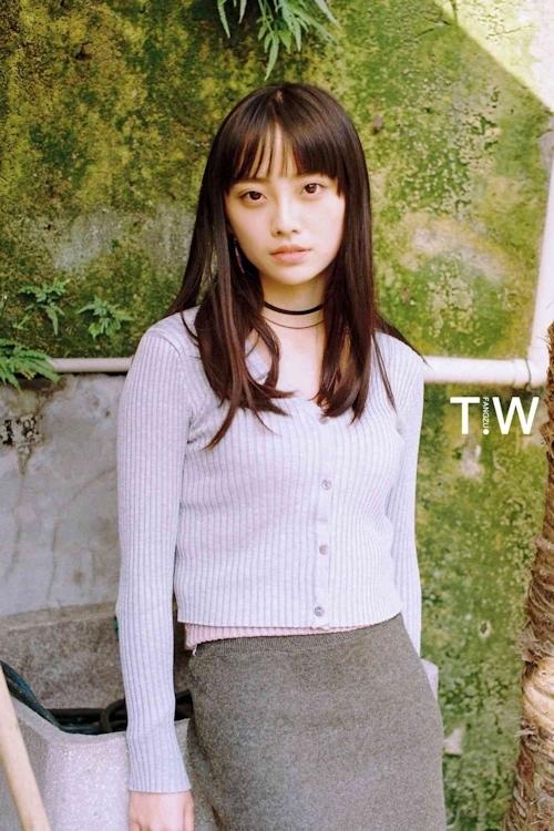 黒髪の清楚系美少女のヌード画像 1