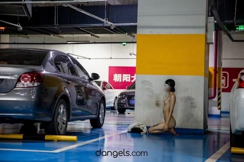 北京の街中で全裸露出プレイしてるスレンダー美女の野外露出ヌード画像 6