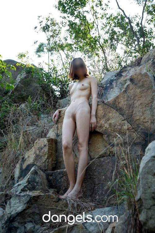 北京の街中で全裸露出プレイしてるスレンダー美女の野外露出ヌード画像 16