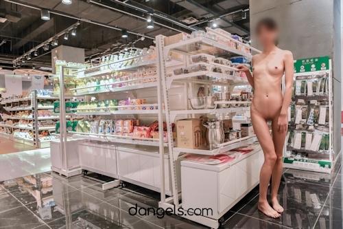 北京の街中で全裸露出プレイしてるスレンダー美女の野外露出ヌード画像 18