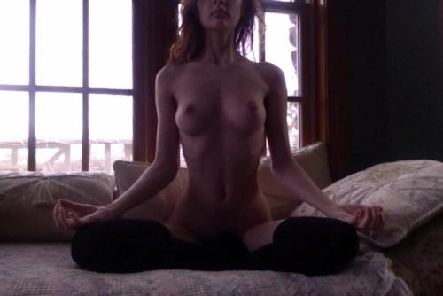 西洋美女の全裸ヨガ画像 1