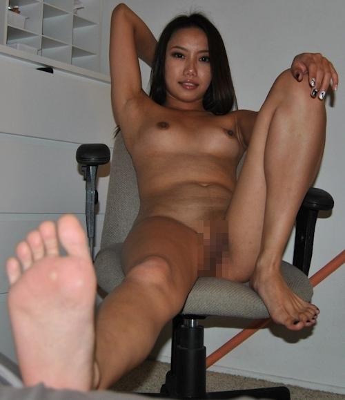足の裏を見せる褐色美人のヌード画像 3