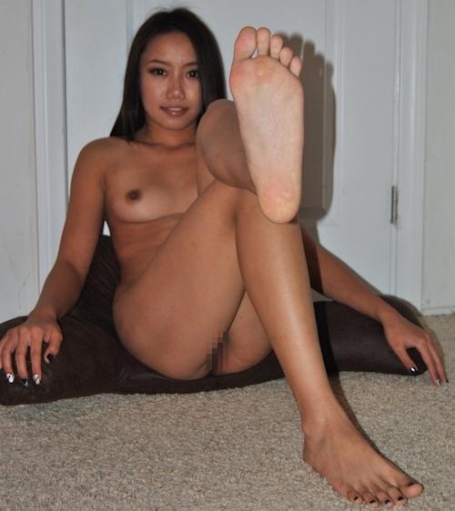 足の裏を見せる褐色美人のヌード画像 5