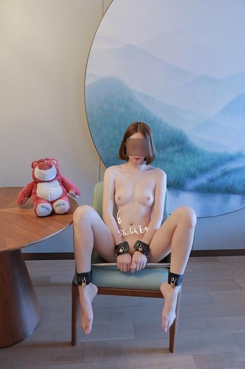 美微乳パイパン女性の拘束ヌード画像 7