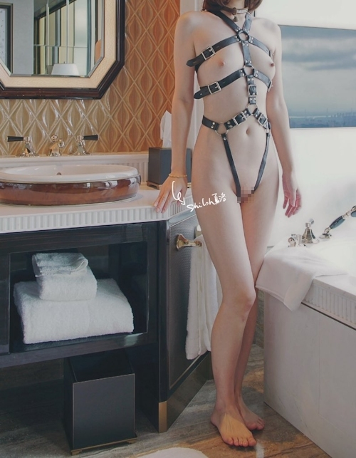 美微乳パイパン女性の拘束ヌード画像 9