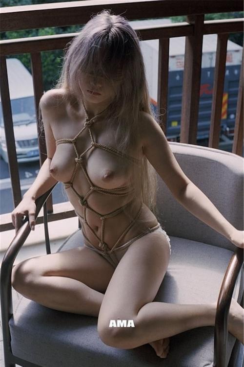 若い女性の緊縛ヌード画像 3