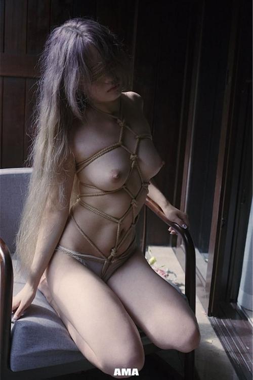 若い女性の緊縛ヌード画像 4