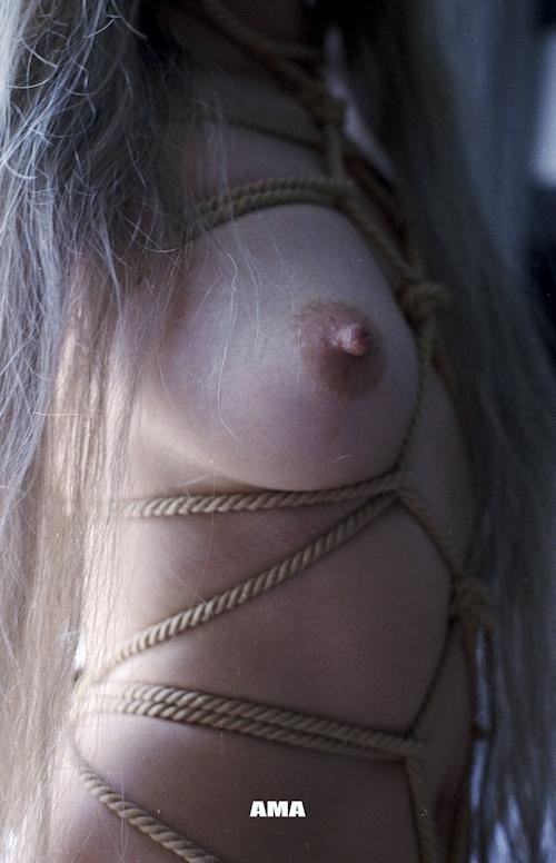 若い女性の緊縛ヌード画像 8