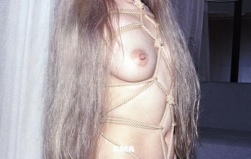 若い女性の緊縛ヌード画像 9