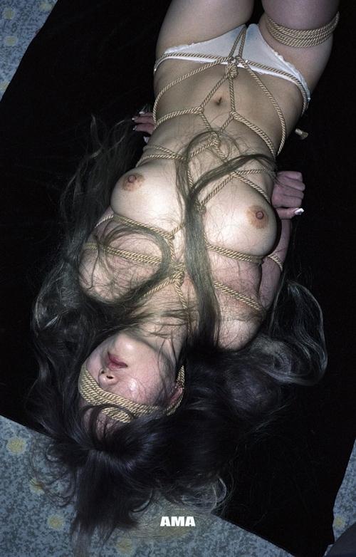 若い女性の緊縛ヌード画像 12