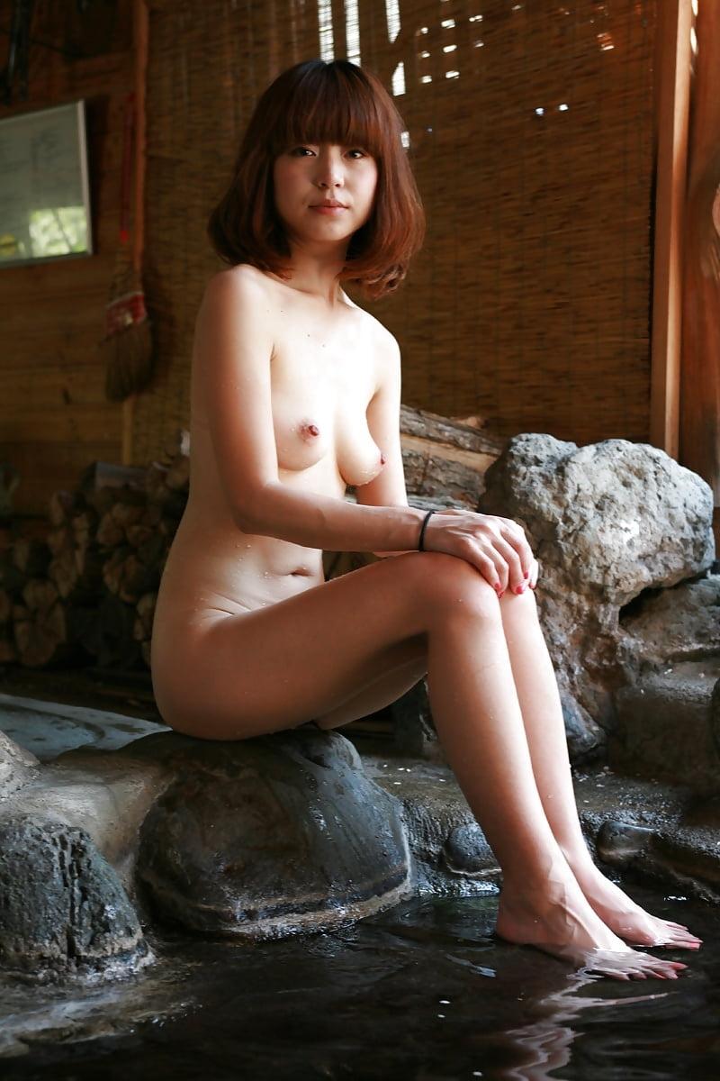 美乳なスレンダー美人若妻を露天風呂で撮影したヌード画像 1