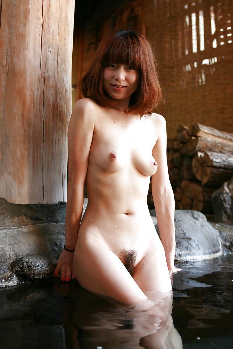 美乳なスレンダー美人若妻を露天風呂で撮影したヌード画像 2