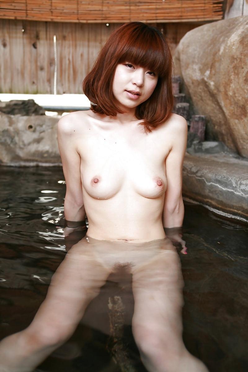 美乳なスレンダー美人若妻を露天風呂で撮影したヌード画像 4