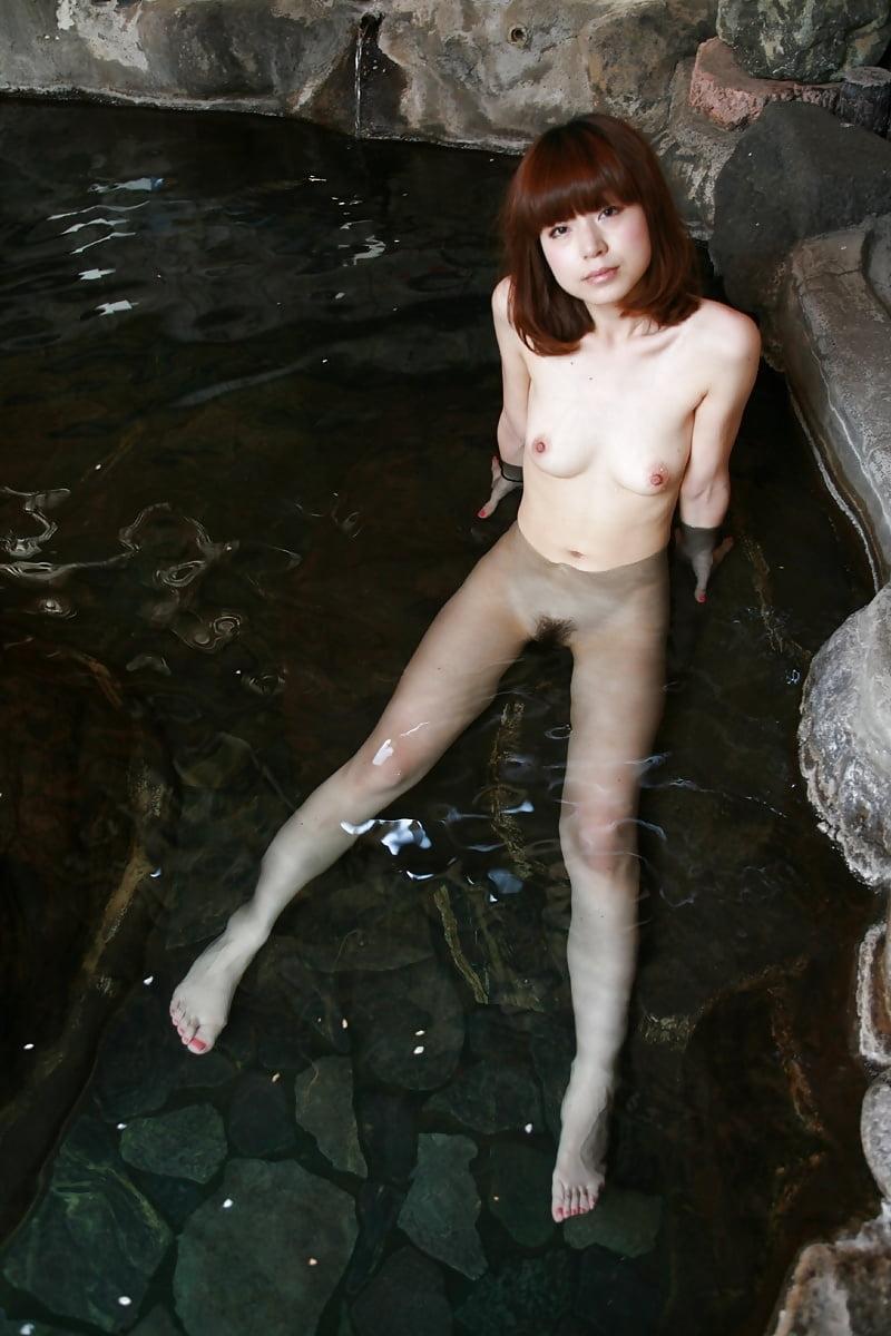 美乳なスレンダー美人若妻を露天風呂で撮影したヌード画像 5