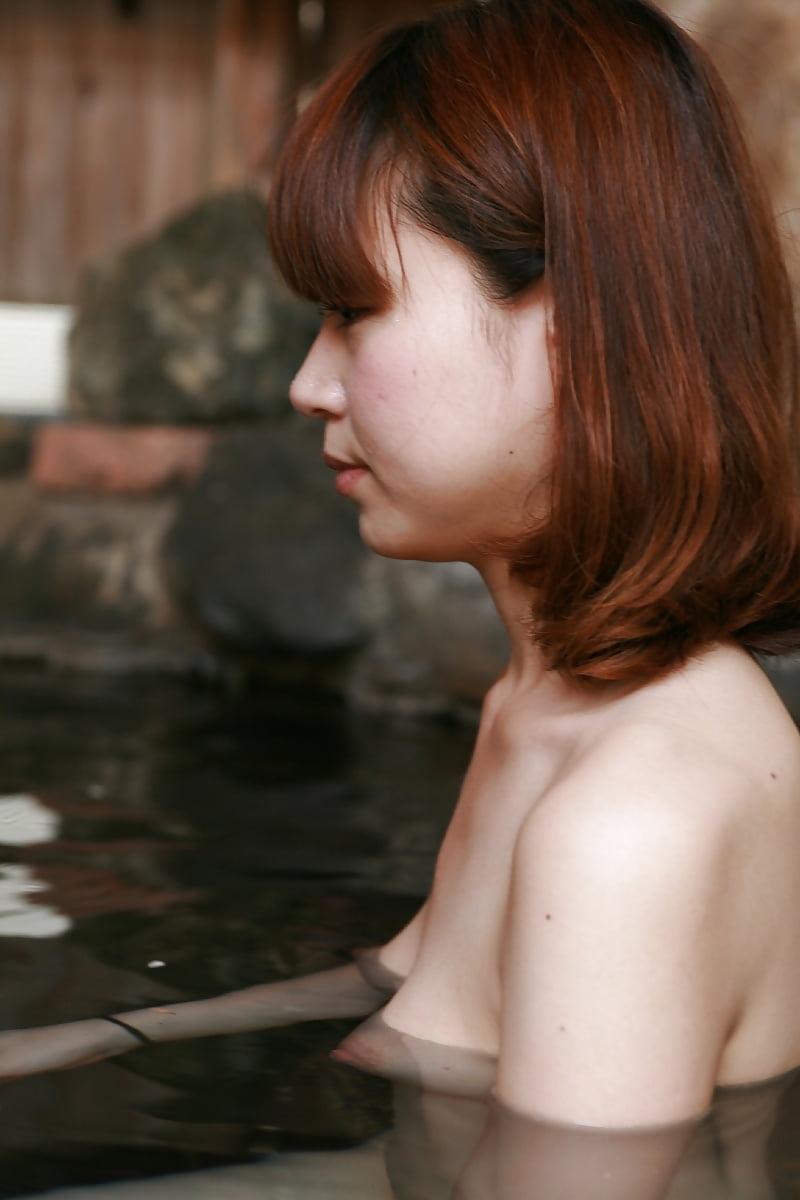 美乳なスレンダー美人若妻を露天風呂で撮影したヌード画像 6