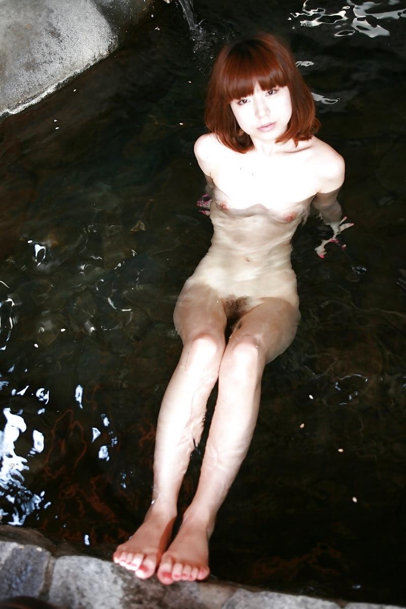 美乳なスレンダー美人若妻を露天風呂で撮影したヌード画像 9