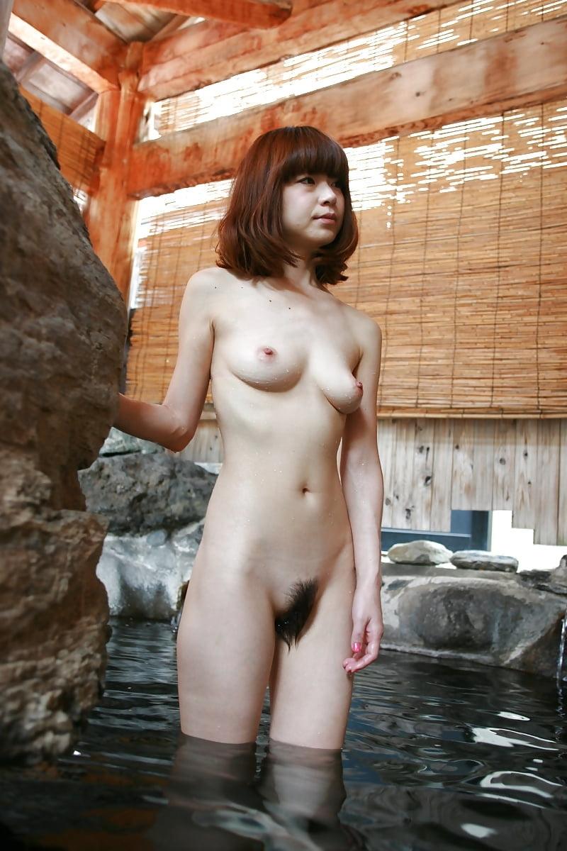 美乳なスレンダー美人若妻を露天風呂で撮影したヌード画像 12