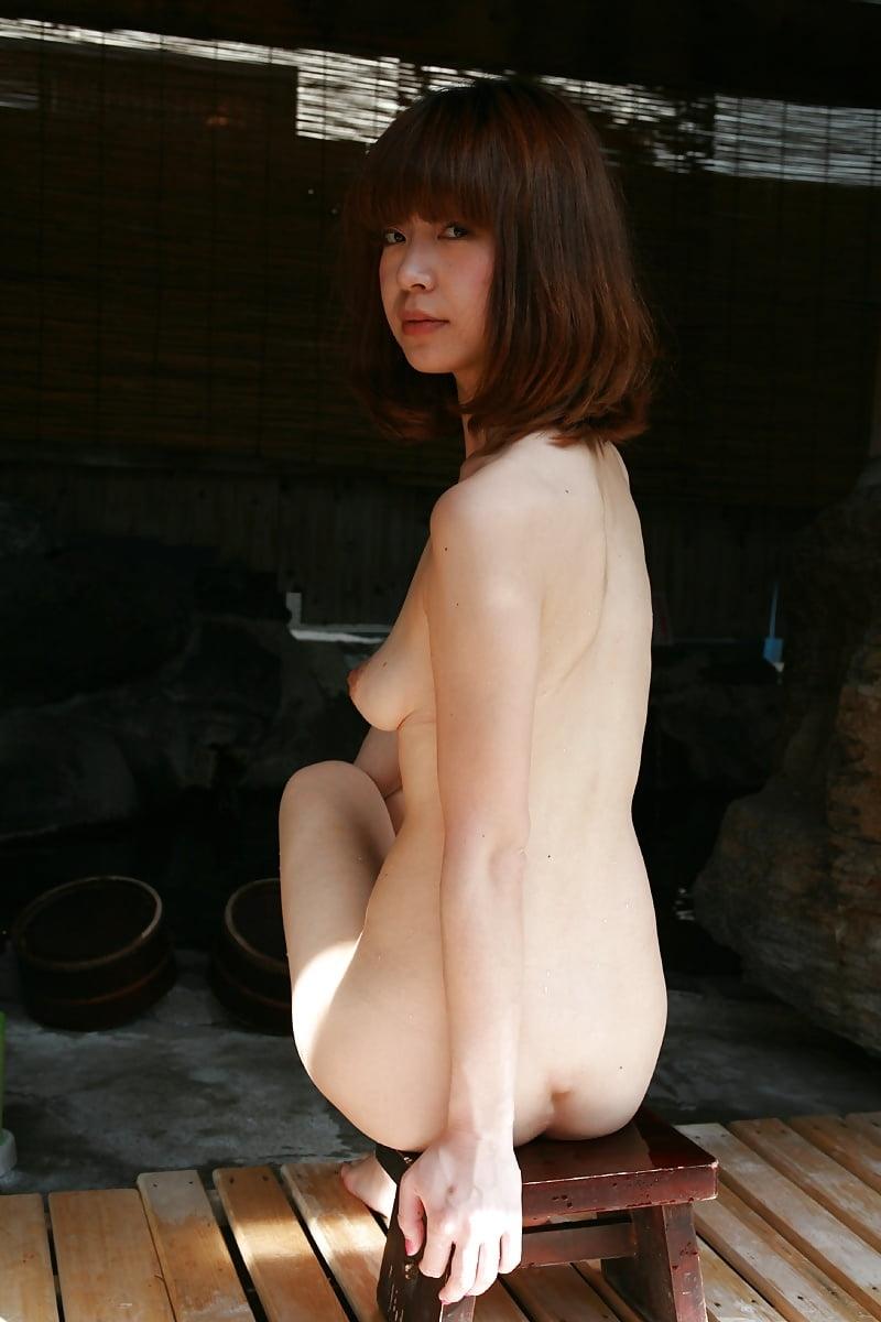 美乳なスレンダー美人若妻を露天風呂で撮影したヌード画像 13