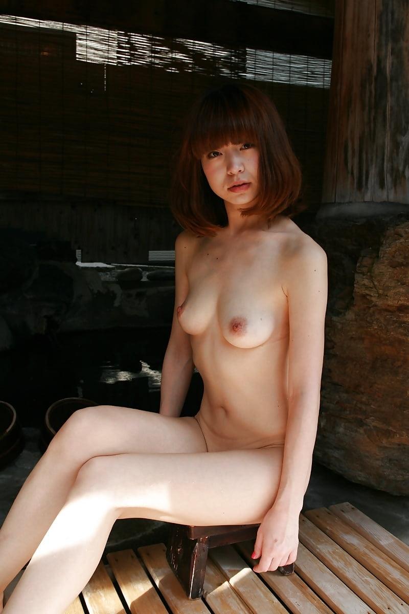 美乳なスレンダー美人若妻を露天風呂で撮影したヌード画像 14