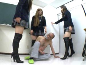 ニーハイブーツ着用で狂暴化した制服ギャルたちに踏んで蹴って徹底的にボコッてもらうM男教師