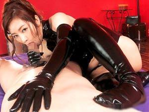 エナメルボンテージの美女にチンポを性処理の道具として扱われる強制SEX!