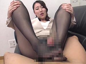 伊東真緒 パンストOLの尻に顔を埋めながらフェラされ蒸れ足コキで大量発射!!