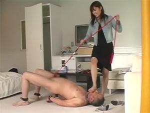 ドS女子大生がM男にアナルを舐めさせ引きずりまわしチンポを引っ張り悶絶させます。