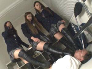 制服×ブーツの長身生徒のムッチリ太ももを見上げながらつま先で蹴ってヒールで踏んでもらうM男教師
