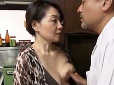 ダイスキ!人妻熟女動画 :間男との昼間の情事が息子に見つかり口止めの代わりに抱かれてしまう義母 大沢萌