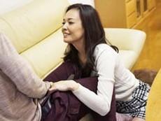 ダイスキ!人妻熟女動画 :小ぶりなおっぱいのスレンダー義母が娘の旦那を寝取って風呂場でセクロス! 水原梨花