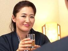 家族でやってきた温泉旅行でお義母さんのパンチラに興奮が止まらない娘婿! 加藤英子