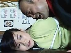 闇金の取り立て屋の男に旦那の目の前で犯される巨乳妻! 浅井舞香