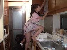部長の奥さんがエロすぎて… 加藤あやの