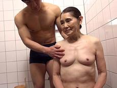 快楽介護 娘の隣で孫の卑猥な電マ責めを受けるお婆ちゃん 澤すみれ