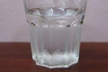 【悲報】女子若手社員、飲み会で上司のグラスの水滴を拭いてしまう